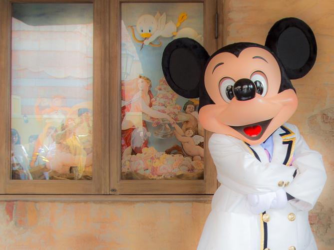 東京ディズニーランドでキャラクターと触れ合えるのはどこ?