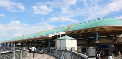 なんで最寄駅は「ディズニーランド駅」じゃない?アメリカやパリ、上海はどうなの!?