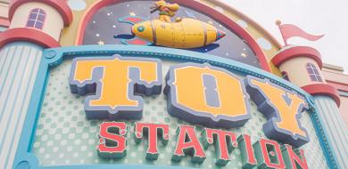 【TDL】トイ・ステーションはディズニーランドのおもちゃ屋さん!買えるグッズ、場所、内装まとめ!