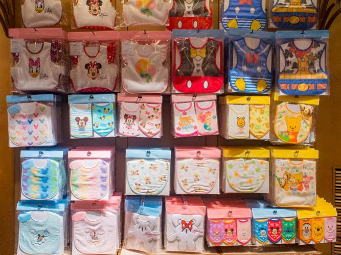【2020】ディズニーベビーグッズ30選!赤ちゃん向けTシャツ・スタイ・おくるみ・カバーオール・おもちゃ!