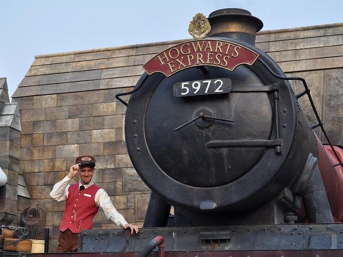 【ハリポタ用語】ホグワーツ特急とは?映画に登場する列車にまつわる豆知識とUSJのフォトスポットを解説