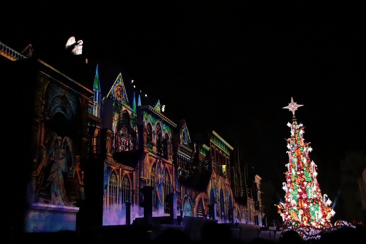 ショーの演出に合わせて点灯するクリスマスツリー