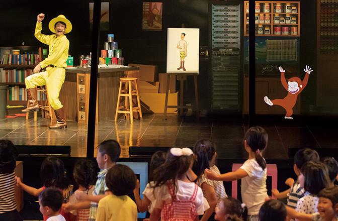 おさるのジョージとアニメーターの青年が踊ると子どもたちも大喜びでダンス♪