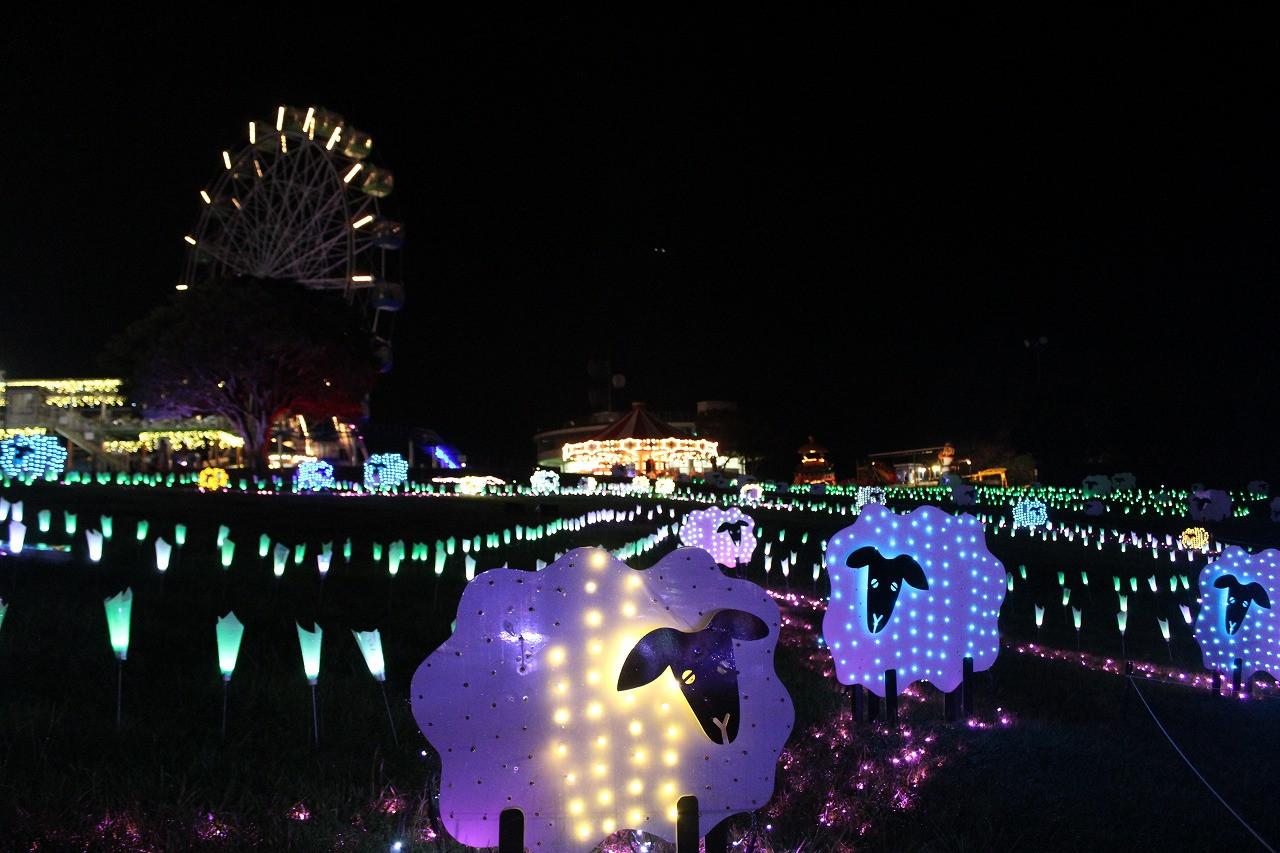 ライトアップされてきれいなナイト遊園地