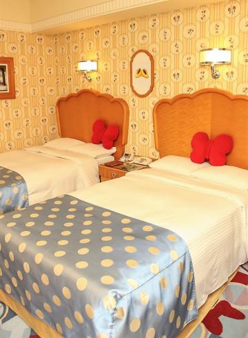 【ディズニー謎解きプログラム】アンバサダーホテルで開催!記念グッズ・スペシャルランチ・グリーティングも!
