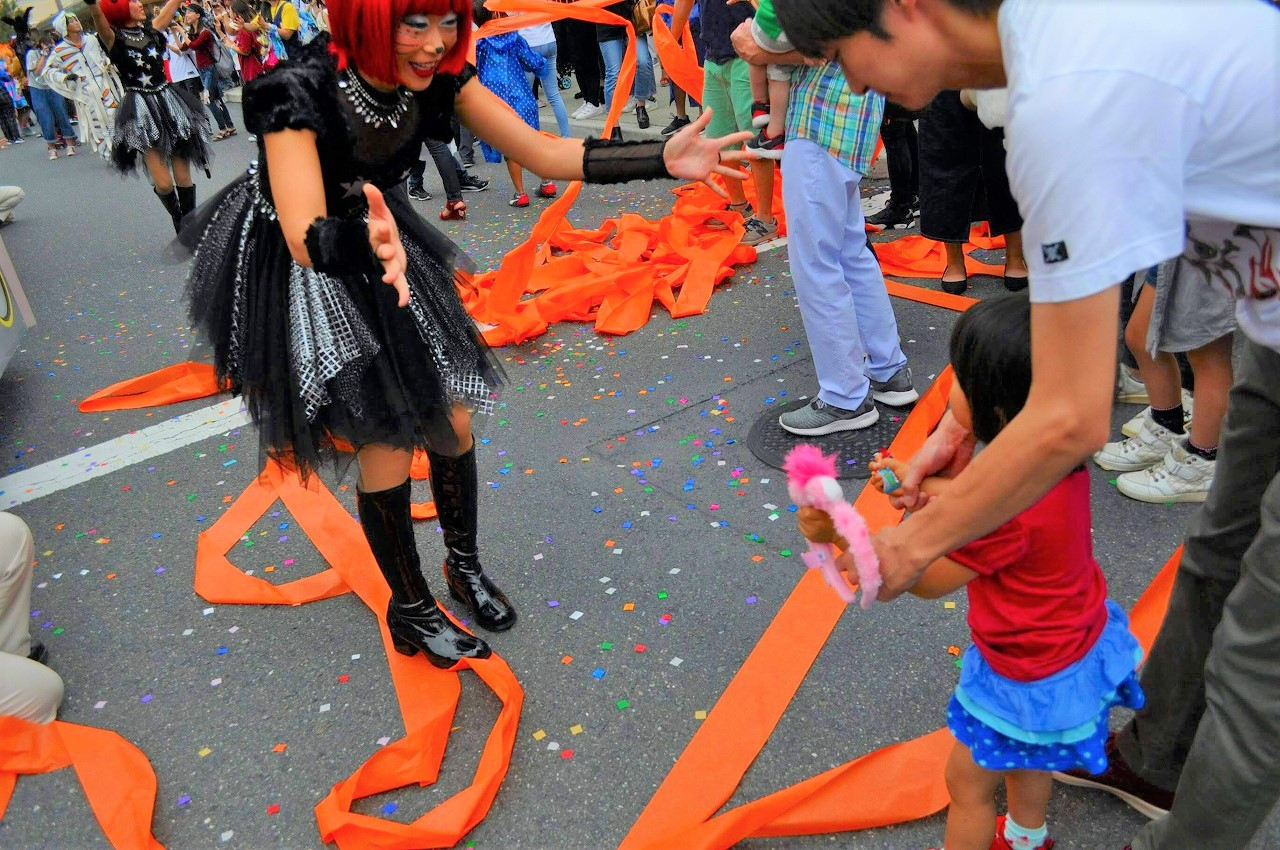 USJのハロウィーンパレードでキャストとダンス