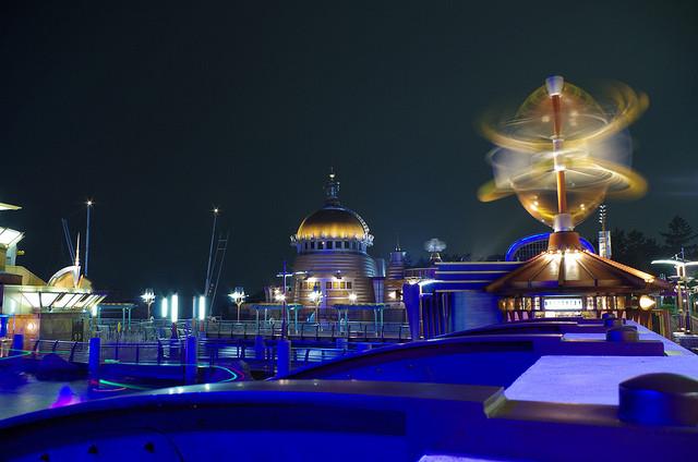 夜景が美しいポートディスカバリーの研究所