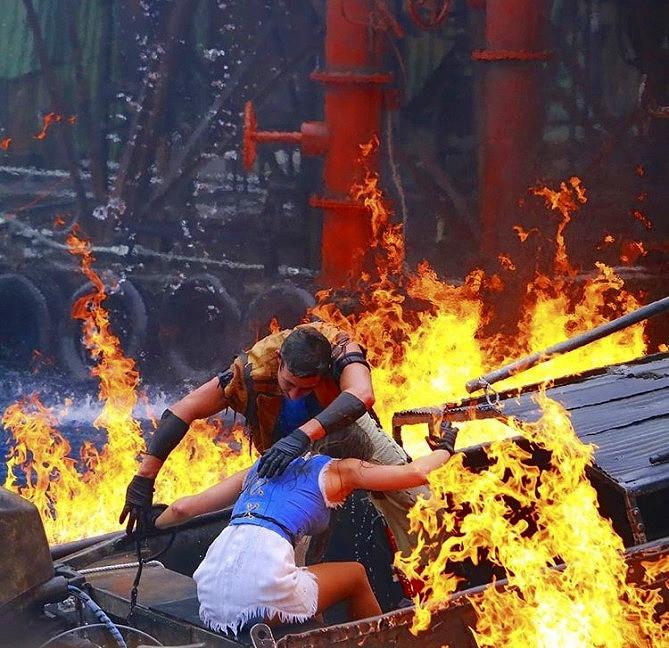 炎の中に突っ込むマリナーとヘレン