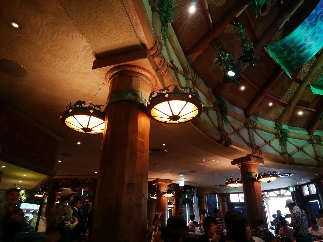 ロストワールドレストランの照明に恐竜のシルエット/USJ