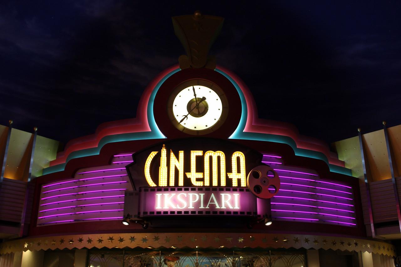 ネオンが輝く映画館のエントランス