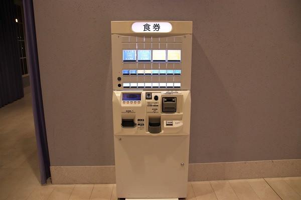 カフェ前の券売機