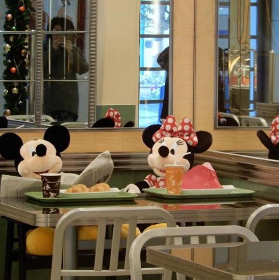 チックタックダイナー開店前、ミッキーとミニーが食事中